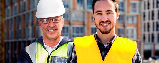 Trabajadores laborando en construción.