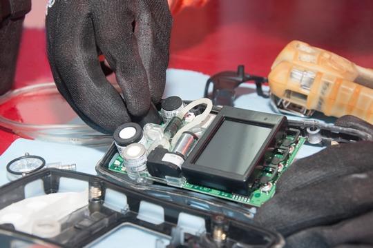 Personal de SCIndustrial durante una calibración de un detector de gas portátil