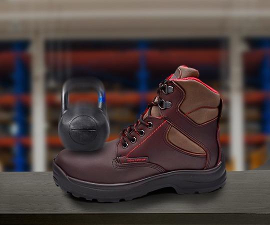 Probando el magnetismo de un calzado industrial no dieléctrico.