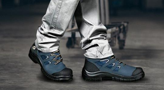 Utilizando calzado de seguridad en el trabajo.