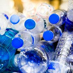 Ejemplo de plásticos que funcionan como un combustible en un incendio.