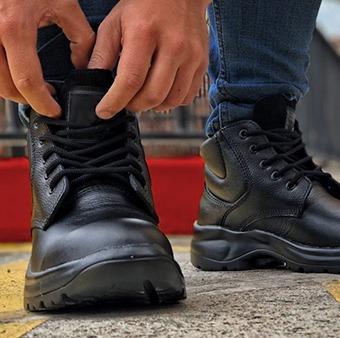 Usando botas industriales para ir al trabajo.