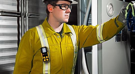Instalando alarmas en taller industrial