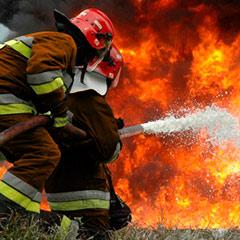 Ejemplo del método de extinción de fuego por enfriamiento.