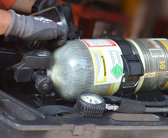 Personal de SCIndustrial trabajando en la recarga de un equipo de aire autónomo