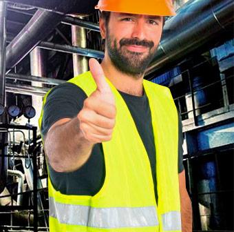 Trabajador en planta industrial con equipo de protección personal