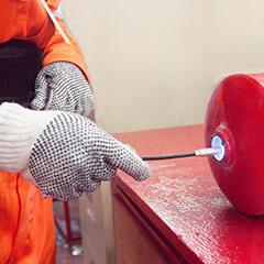 Desarmando un extintor para su diagnostico y evaluación del estado interno y externo