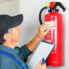 Revisando las fechas de un extintor.