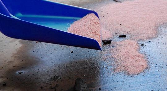 Limpiando derrame de aceite con absorbentes