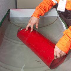 Mantenimiento y recarga de extintores, realizando una prueba neumática