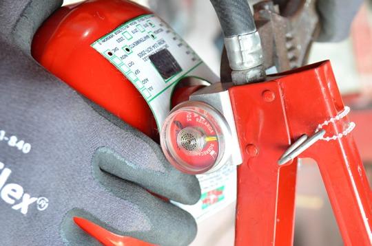 Personal de SCIndustrial finalizando la recarga de un extintor