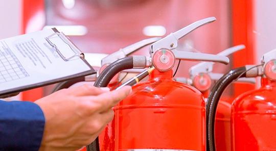 Supervisando lote de extintores después del mantenimiento y recarga.