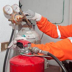 Inyectando nitrógeno a cilindro del extintor para su presurizado.