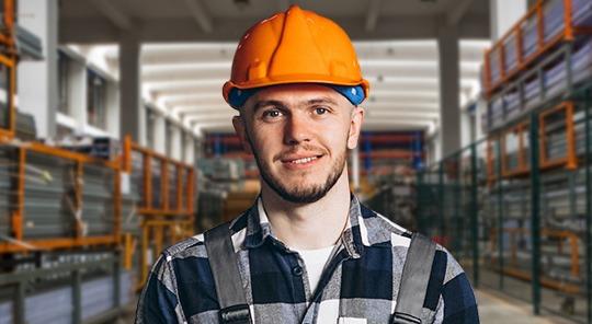 Empleado mostrando casco protector.