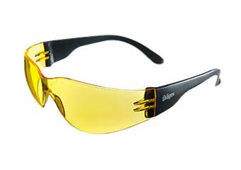Mostrando lentes de seguridad