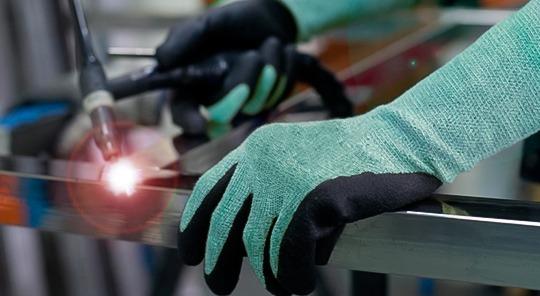Laborando con guantes para protección de manos.