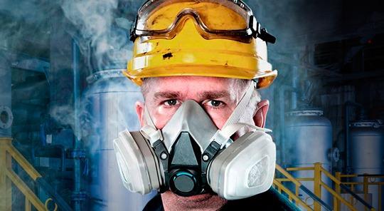 Utilizando respiradores en zona de vapores y gases.