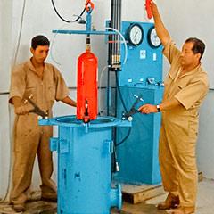 Verificando la resistencia del cilindro del extintor a través de una prueba hidrostatica.