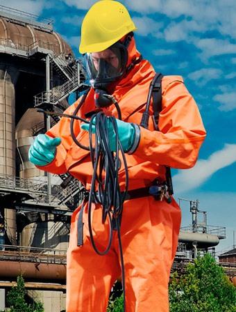 Especialista mostrando epp para uso industrial