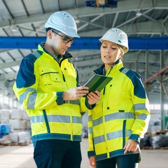 Especialistas en Seguridad Industrial revisando instalaciones.