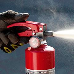 Mostrando el método de extinción de fuego por reacción química.