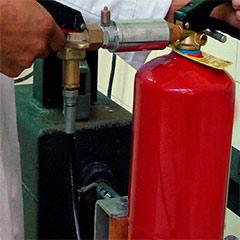 Trabajando en la recarga de un extintor.