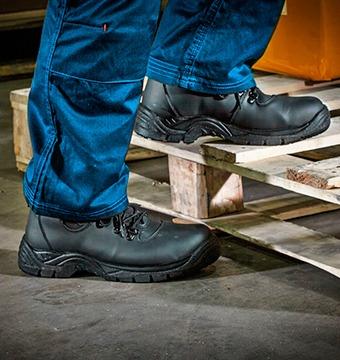 Mostrando el uso de un calzado de seguridad.