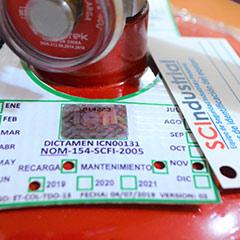 Mostrando certificado de cumplimiento de la NOM-154-SCFI-2005 y sus hologramas de control emitido por SCIndustrial.
