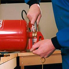 Personal trabajando en la recarga de extintores.