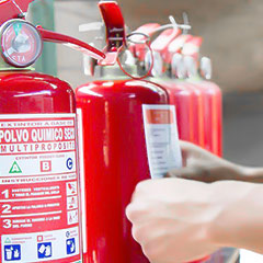 Colocando etiquetas y medidas de seguridad con base a la NOM-154-SCFI-2005 a un extintor recargado.
