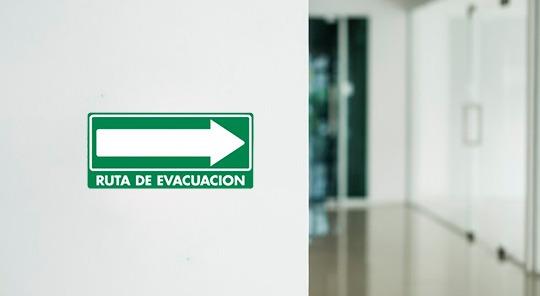 Señaletica de seguridad industrial usada en oficinas.