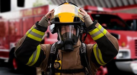 Personal usando un equipo de respiración autónomo