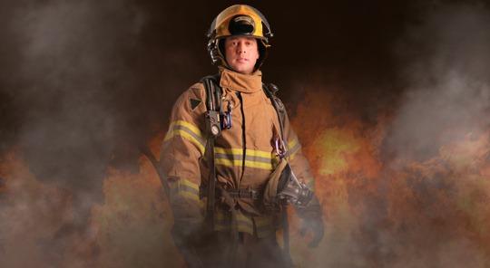 Personal con equipo contra incendio.