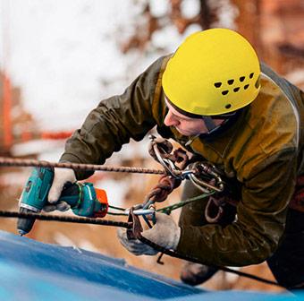 Trabajando en las alturas con equipo de protección
