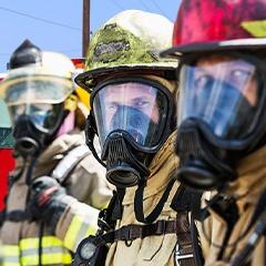 Personal probando equipo de protección industrial
